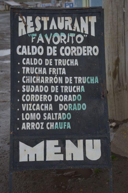 'Qué se sirve, señor viajero'. Pizarra-menú en el pueblo de Santa Inés, Huancavelica.