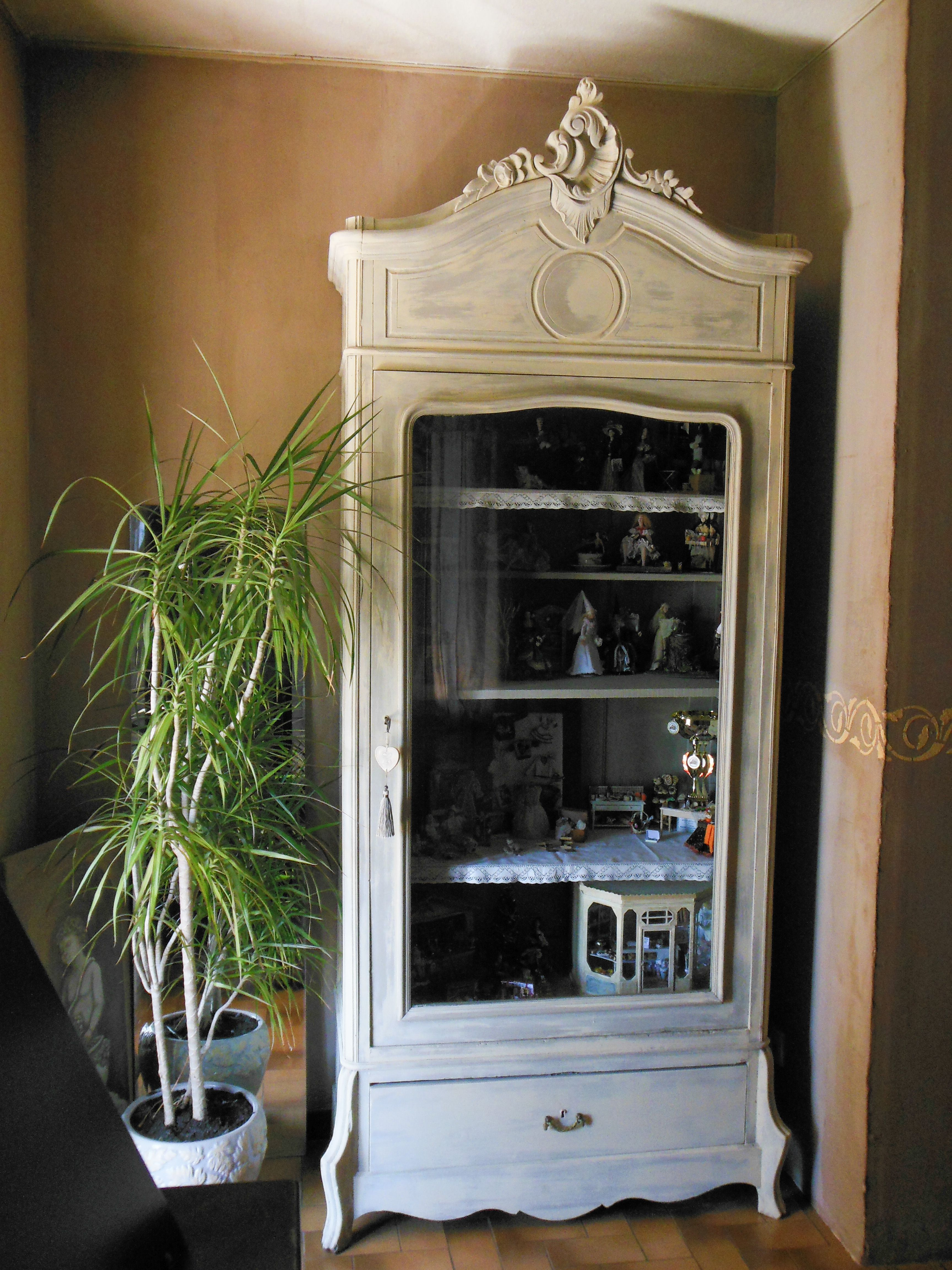ma vitrine miniatures repeinte en gris avec un effet chaul ivoire elle a maintenant un. Black Bedroom Furniture Sets. Home Design Ideas