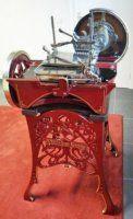 Eerste Berkel snijmachine met vliegwiel, productiejaar 1895 - 1906 Dit museum-stuk is 100% geheel in originele staat.