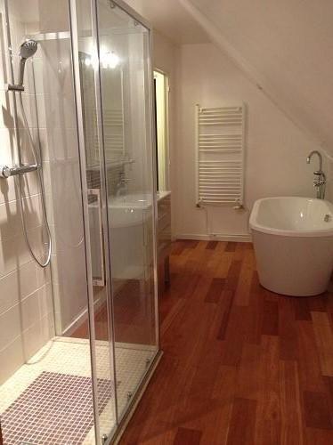 Salle de bain avec baignoire posée, douche italienne avec mosaïque ...
