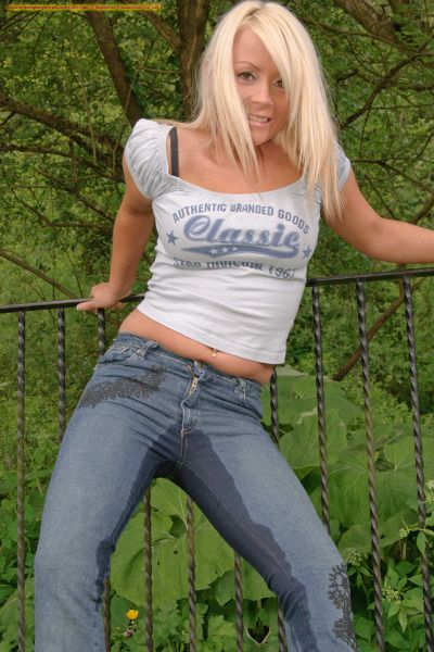 hot chick pissing in her jeans