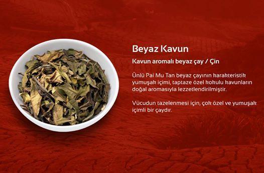 Beyaz Kavun Kavun aromalı beyaz çay / Çin Ünlü Pai Mu Tan beyaz çayının karakteristik yumuşak içimi, taptaze özel kokulu kavunların doğal aromasıyla lezzetlendirilmiştir. Vücudun tazelenmesi için, çok özel ve yumuşak içimli bir çaydır.