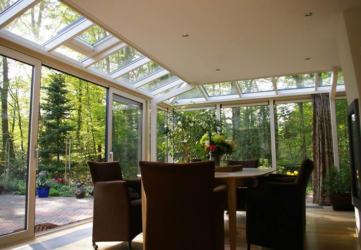 Klein schuin aflopend glazen dak om licht door te laten dakterras