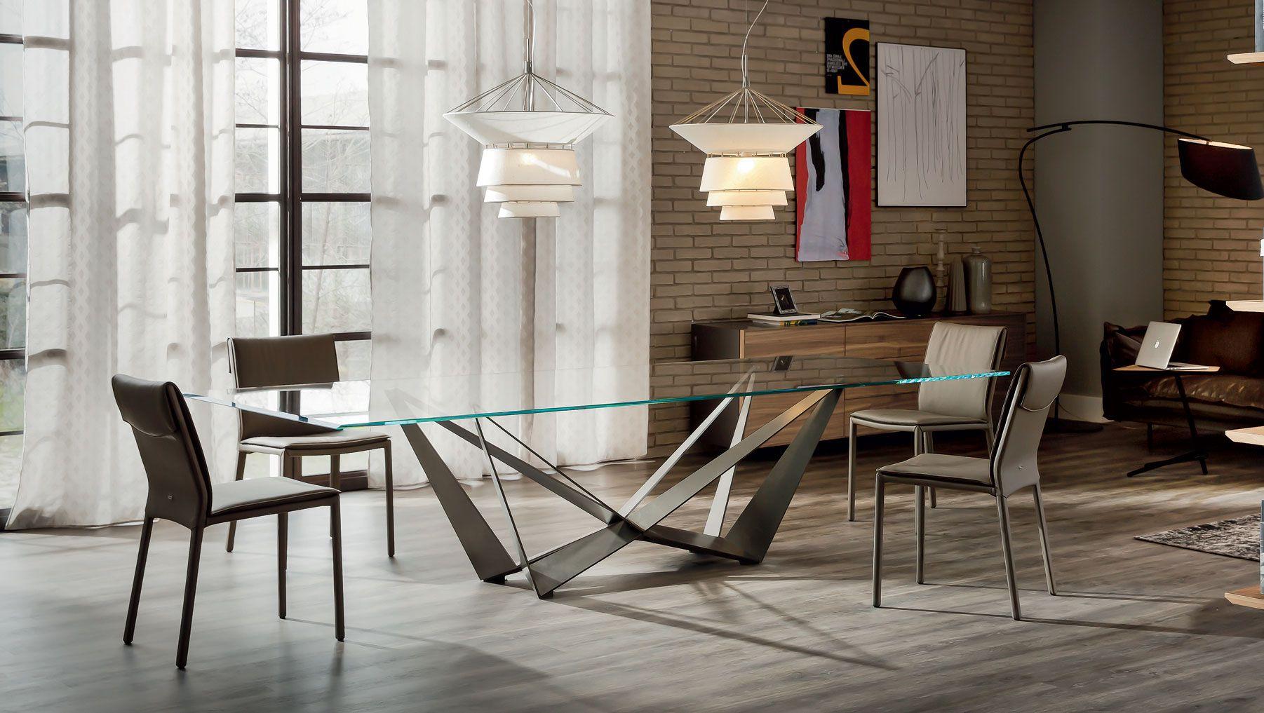 Mesa con base en acero barnizado grafito y sobre en for Mesas de comedor cristal transparente