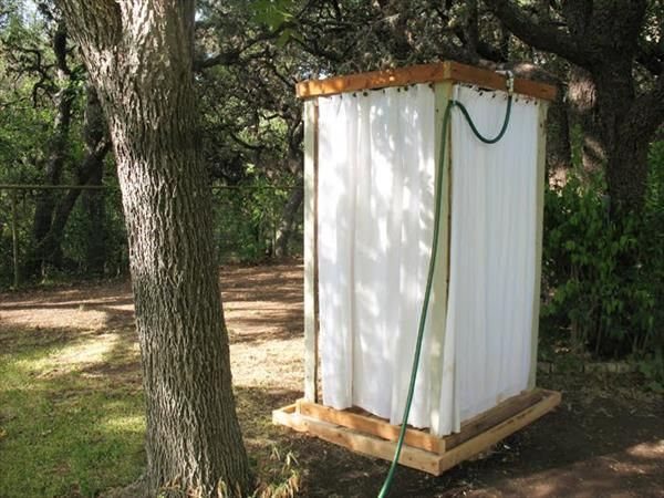 Diy outdoor pallet shower do it yourself ideas and projects diy outdoor pallet shower do it yourself ideas and projects solutioingenieria Image collections