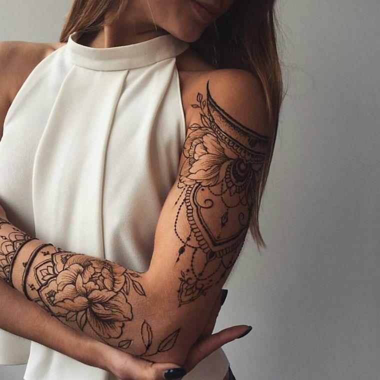 Tatuaggio fiore di loto su tutto il braccio di una donna, tattoo manica  simbolo mandala