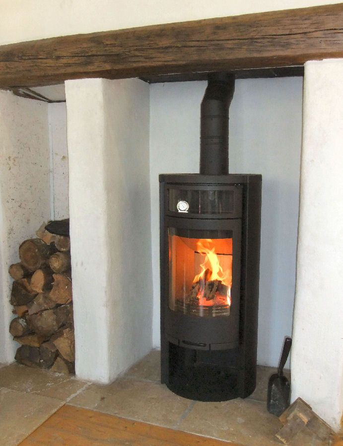Contura 650 wood burning stove with adjoining log store. - Contura 650 Wood Burning Stove With Adjoining Log Store. Contura