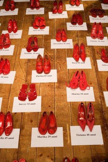 no alla violenza contro le donne non solo il 25 novembre e non solo contro le donne scarpe rosse artisti di strada immagini scarpe rosse