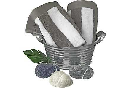 Finnmarin kesäinen lahjapakkaus sisältää: sinkkiastia, pyyhe 50x70 harmaa/valkoinen 2 kpl, kivikynttilät 3 kpl, peikonlehti koriste.