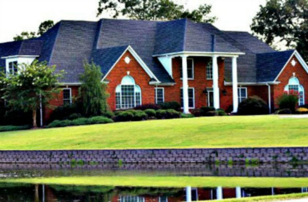 River Heights Weddings & Events in Cleveland, AL is a 10,000 square foot mansion with settings available by the water or in front of rolling green pastures: http://elitebridalevents.wordpress.com/2013/08/19/vendor-highlight-river-heights-weddings-events-2/