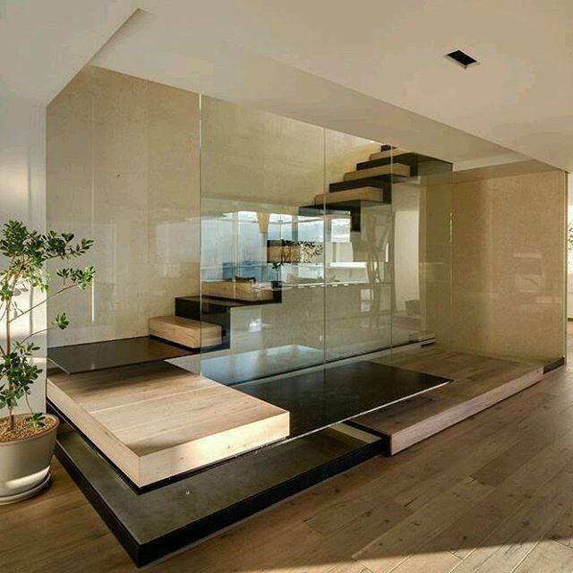 Detalles que marcan la diferencia: Escalones con materiales que se alternan en cada peldaño rematando en pedestal que mantiene el juego de formas y acabados que se resaltan alrededor de pared de vidrio en función de baranda. Ve mas #ideas para...