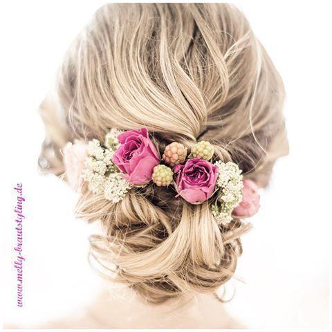 Locker gesteckte Brautfrisur mit frischen Blumen #braut #hochsteckfrisur #blumen #brautblume