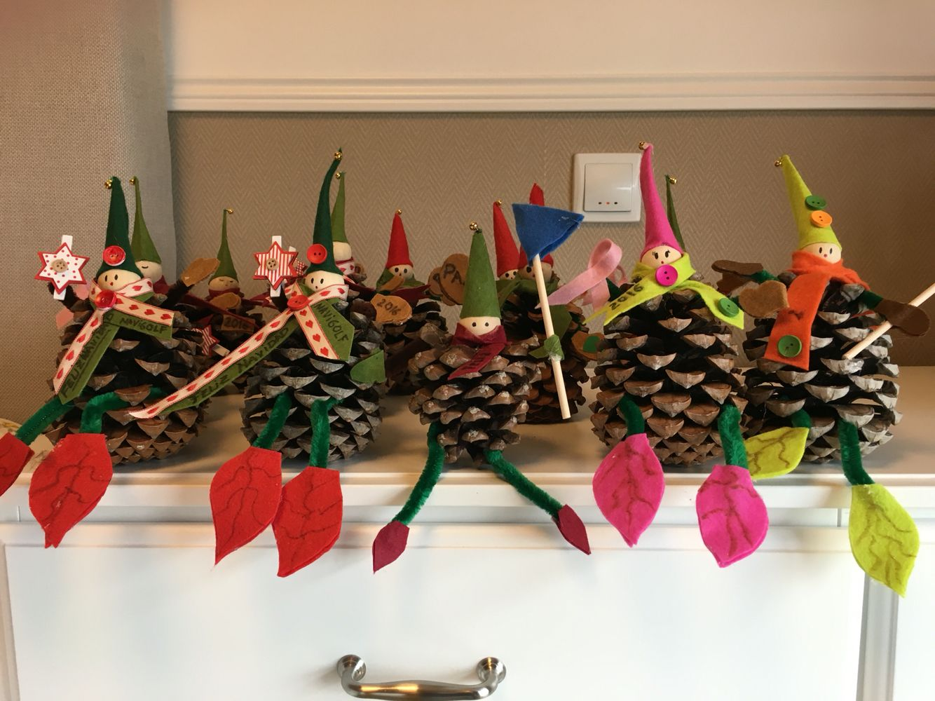 Adornos con pi as duendes navide os adornos navide os pinterest duendes adornos y - Adornos navidenos con pinas ...
