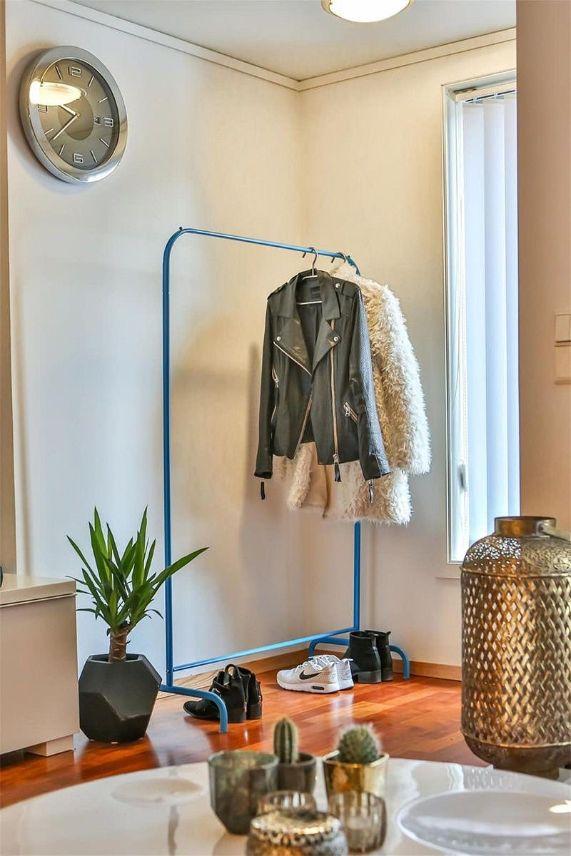 Apartamento pequeno e com um sof azul cheio de estilo for Casa minimalista 60m2