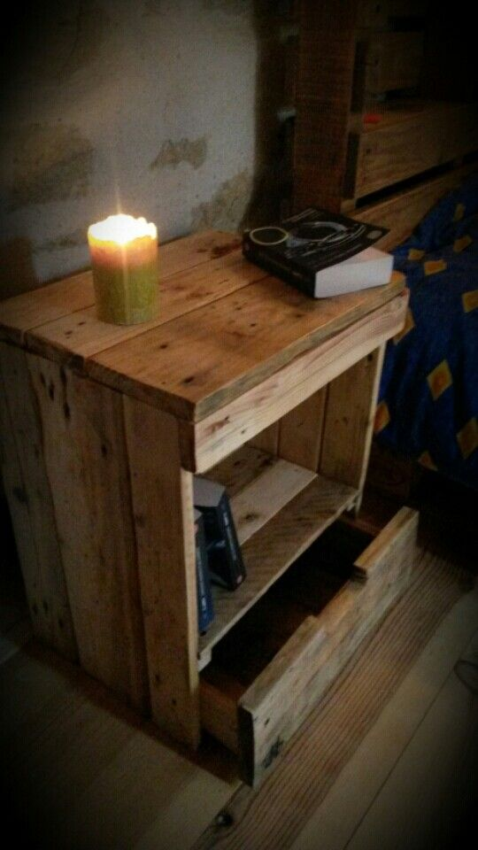 table de chevet table de nuit en palette r cup ration bois facebook decorecupbois. Black Bedroom Furniture Sets. Home Design Ideas