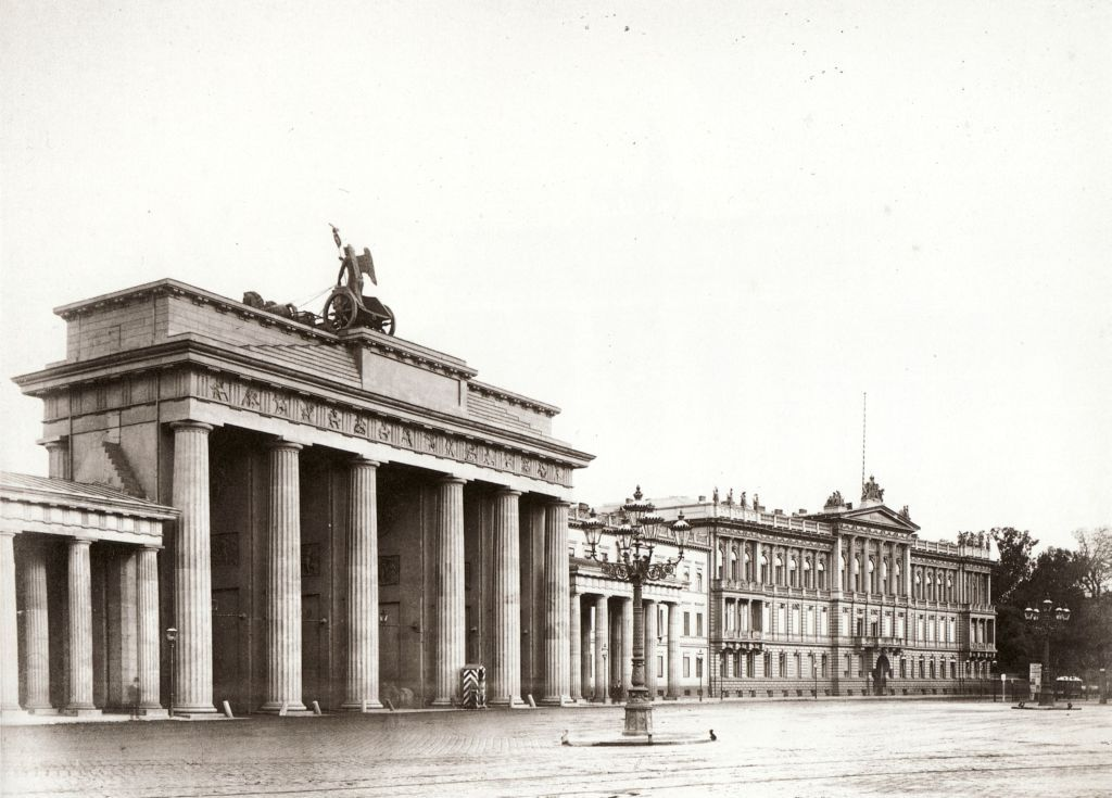 The Brandenburg Gate And American Embassy Berlin Brandenburger Tor Berlin Bilder