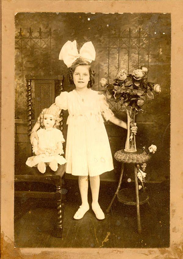 Девочки с любимыми куклами на антикварных фото