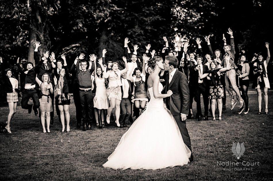 Pour une photo de groupe les mari s s 39 embrassent sous les acclamations de leurs amis photos - Photo de groupe mariage ...