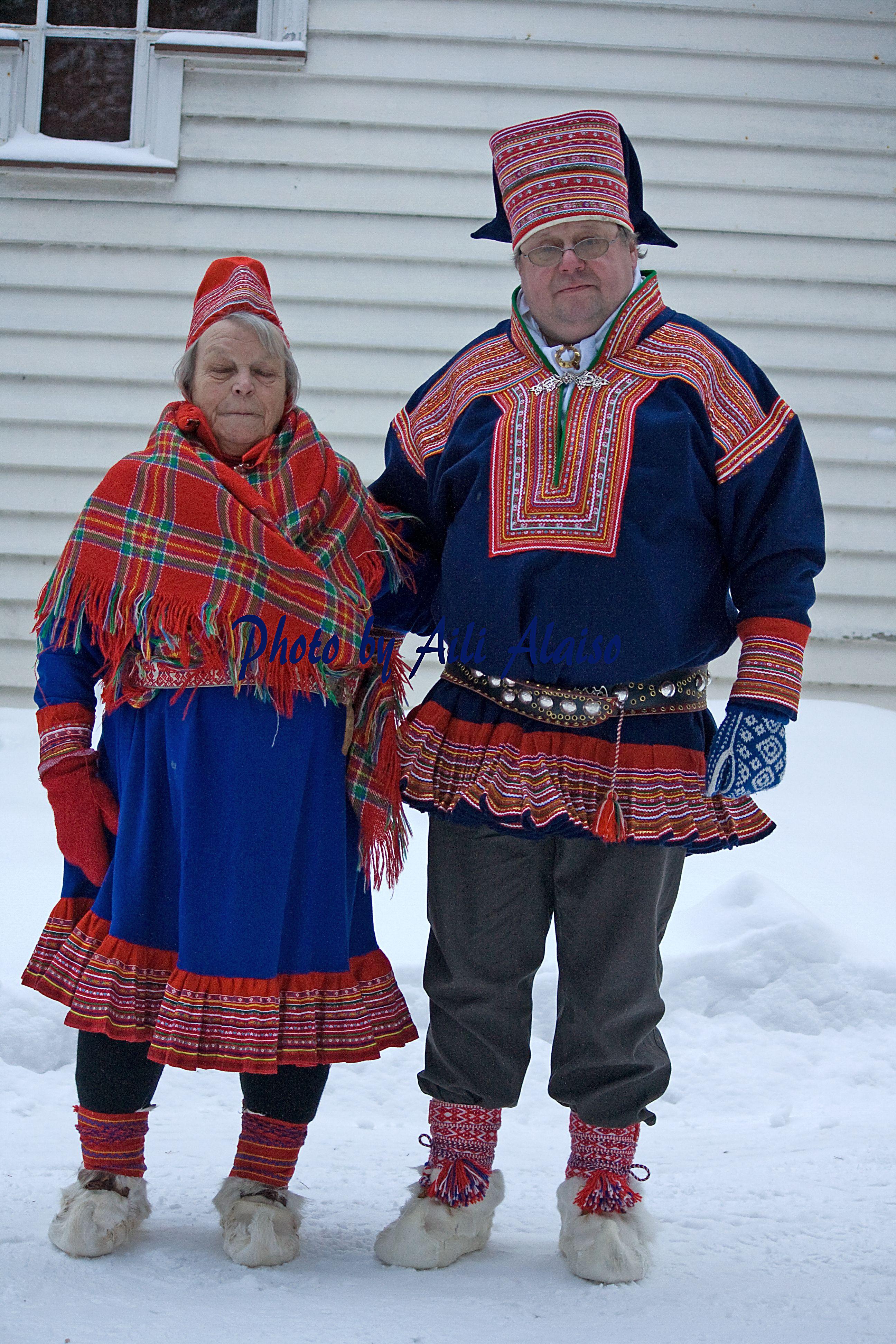 Sukulaiset kirkkotiellä Inarissa. Saamelaisten itsenäisyys-päivänä v. 2010