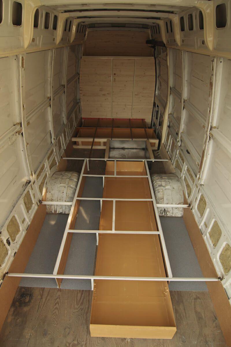 tischler verwandelt seinen van in ein fahrbares mini haus. Black Bedroom Furniture Sets. Home Design Ideas