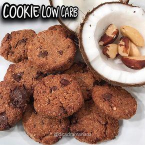 Gente linda do meu coração ❤️, aqui esta a receita do meu cookie maravilhoso com baixo teor de carboidrato e muito sabor envolvido.  INGREDIENTES  1 copo e 1/3 de farinha de amêndoa ou de castanha (pode ser ela triturada) 1 copo de coco ralado sem açúcar (pode ser a polpa da receita do leite de coco) 1/3 de copo de óleo de coco 1/3 copo de xilitol ou à gosto  ½ colher de chá de extrato de baunilha 1 ovo 100g de gotas de chocolate amargo acima de 70% sem açúcar (é opcional, pode trocar por…