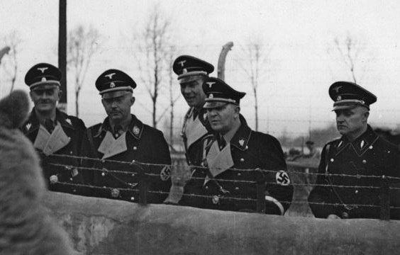 1937. Reichsfuhrer SS Himmler, insieme a Theodor Eike e Karl Koch (estrema destra), in un piccolo zoo nel territorio del campo di concentramento di Buchenwald.