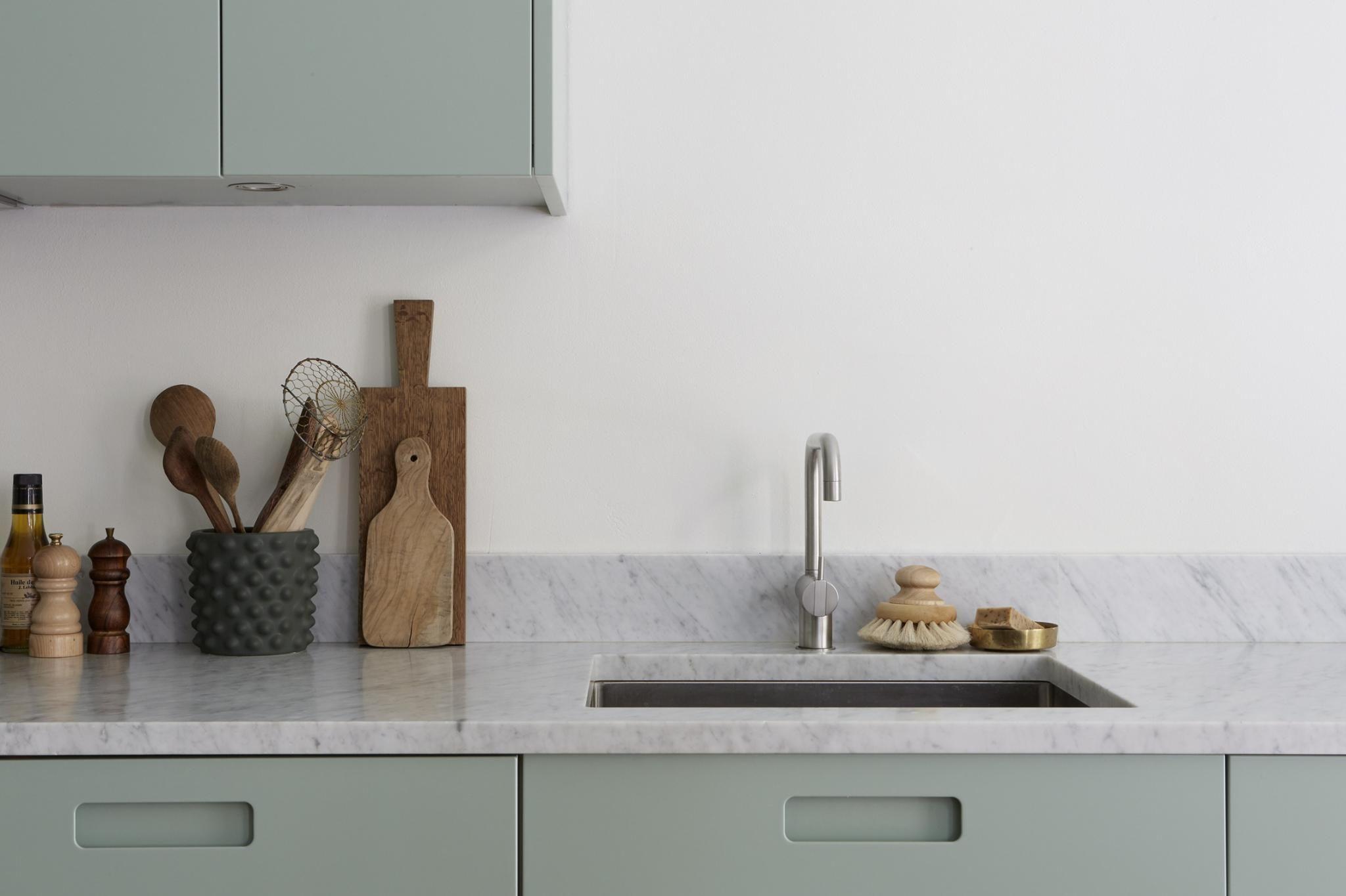Moderne mintgroene keuken met een marmeren werkblad keuken