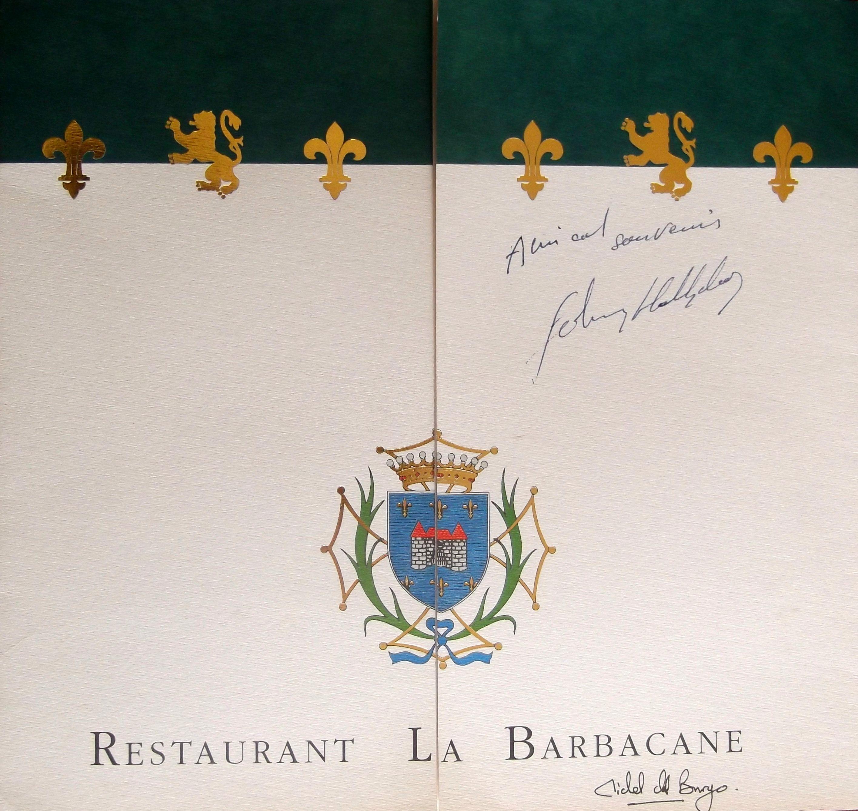 """Menu du restaurant """"La Barbacane"""" de l'Hôtel de la Cité. La carte élaborée par le chef cuisinier Michel del Burgo (1962-2017) à l'époque distinguée par 2 étoiles au guide Michelin, a été dédicacée par Johnny Hallyday (1943-2017) venu se produire au Festival de la Cité le 26 juillet 1996. Collection: Chroniques de Carcassonne"""
