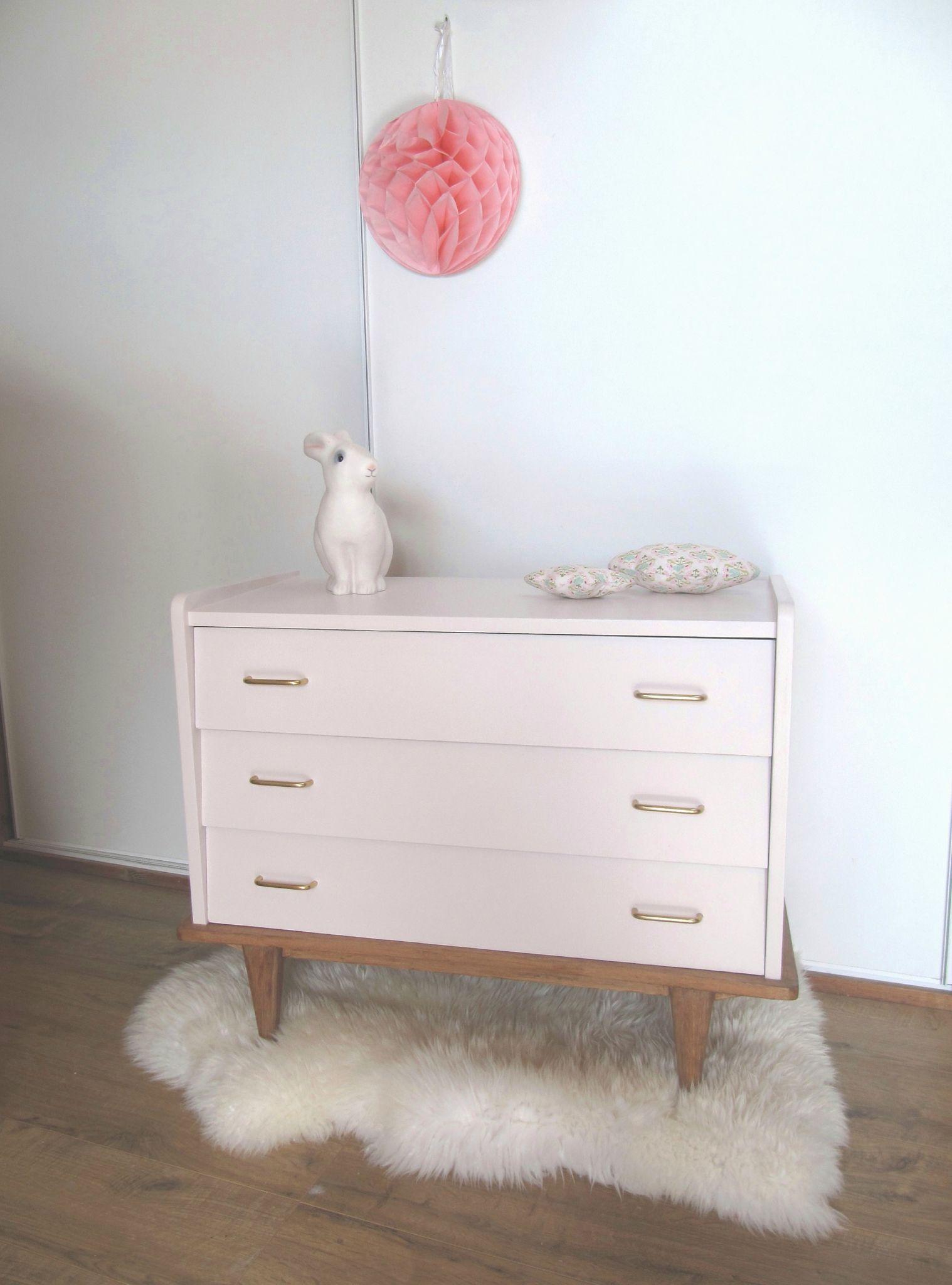 Id chambre enfant vintage rose blanc commode compas