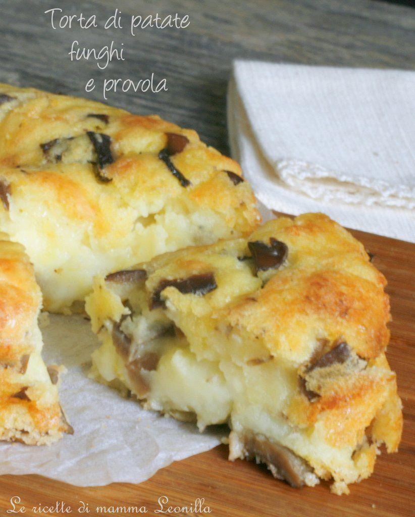 La torta di patate funghi e provola è il tipico piatto unico sostanzioso e facile da preparare e mangiare all'istante per gustarsi il filante formaggio!