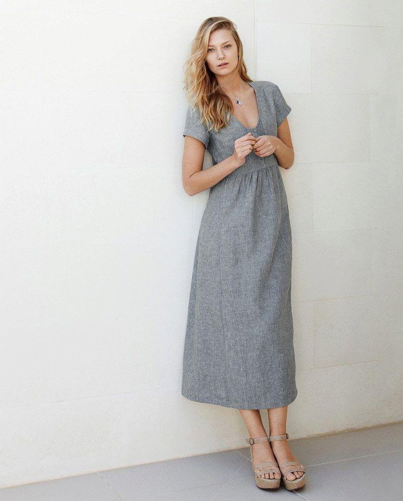 Льняное платье серого цвета длины миди