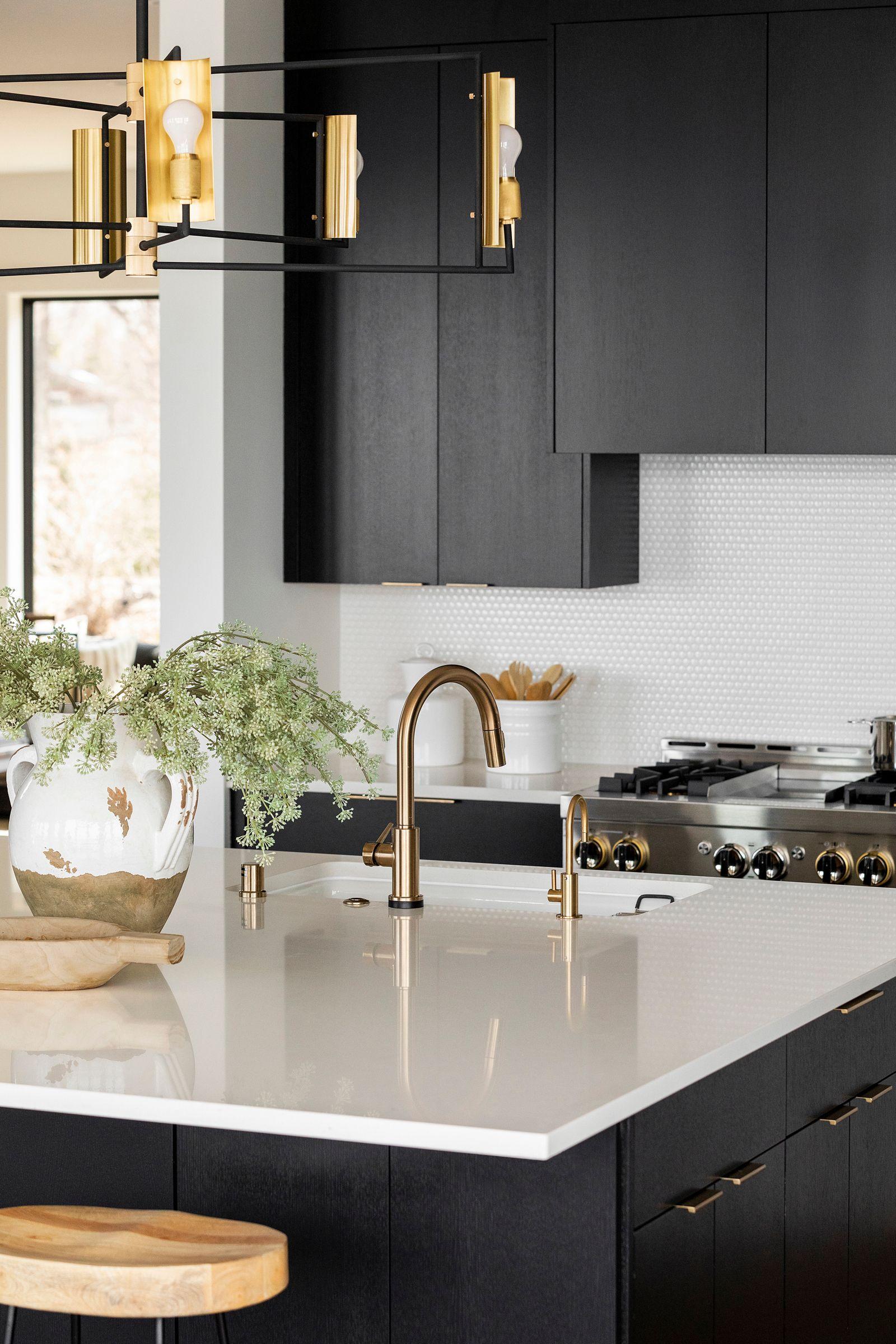 white quartz kitchen island with gold hardware in 2020 stained kitchen cabinets white quartz on kitchen cabinets gold hardware id=61613