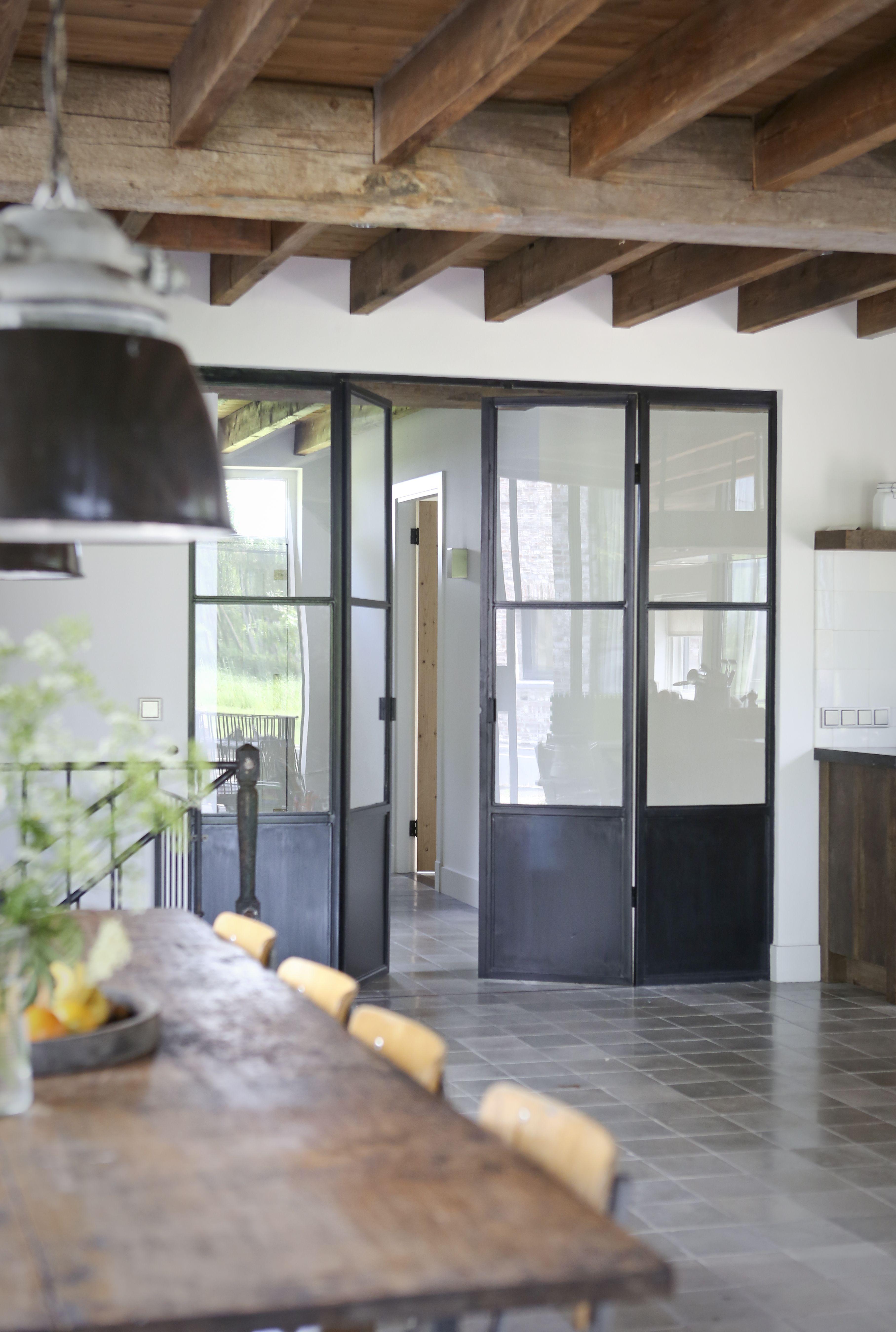 Oud Tafelblad Gecombineerd Met Ijzeren Onderstel Oude Industrielampen Oude Plavuizen Hergebruikt Oud Deuren Interieur Ideeen Voor Thuisdecoratie Huisdesign