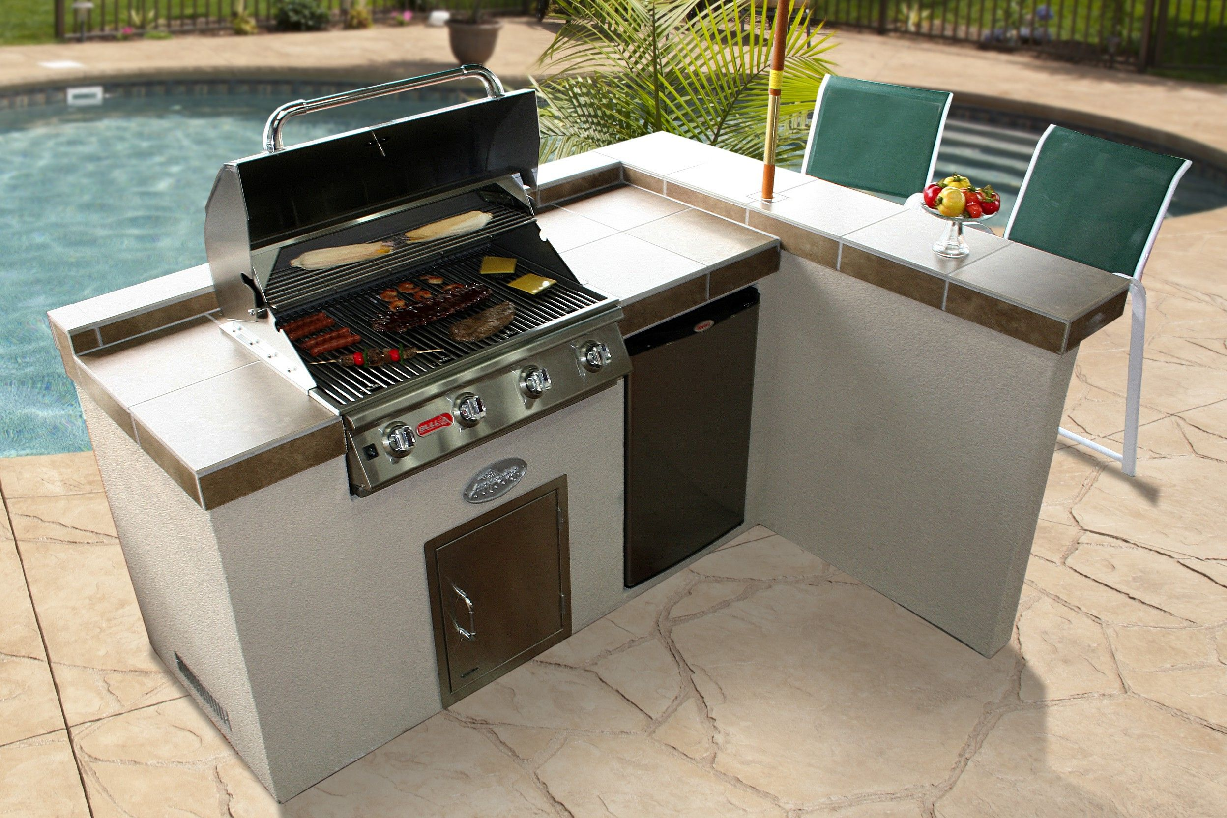 Stucco and tile with side bar ledge outdoor bbq kitchen for Outdoor kitchen islands and bars