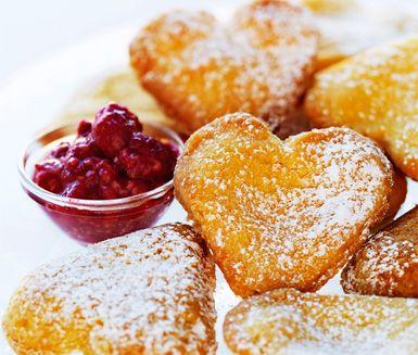 Recept på delikata och söta vaniljhjärtan med rårörda hallon. Du gör hjärtana av bland annat mjöl, socker och ägg. Fyll bakverken med en utsökt vaniljkräm och servera till efterrätt med rårörda hallon!