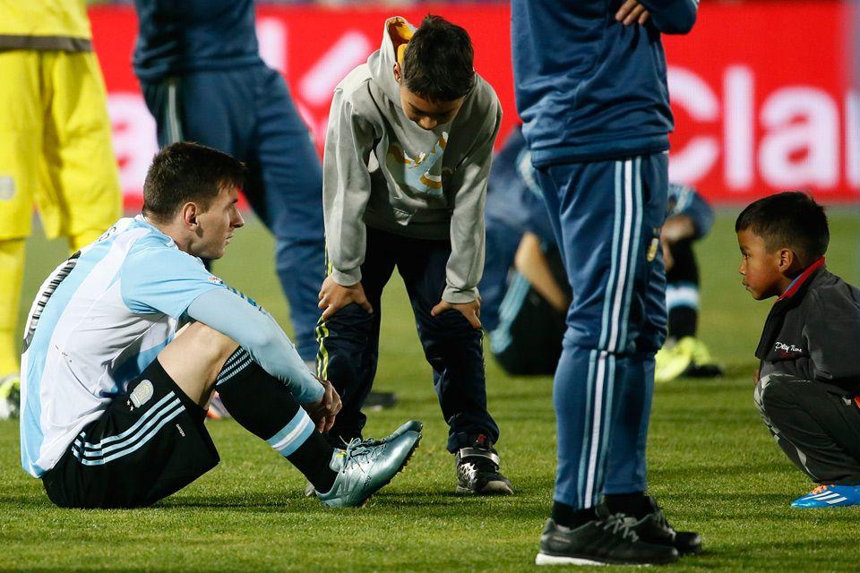 La Pulga totalmente desilusionado, dos niños chilenos lo acompañan es su tristeza. CA 4.7.15
