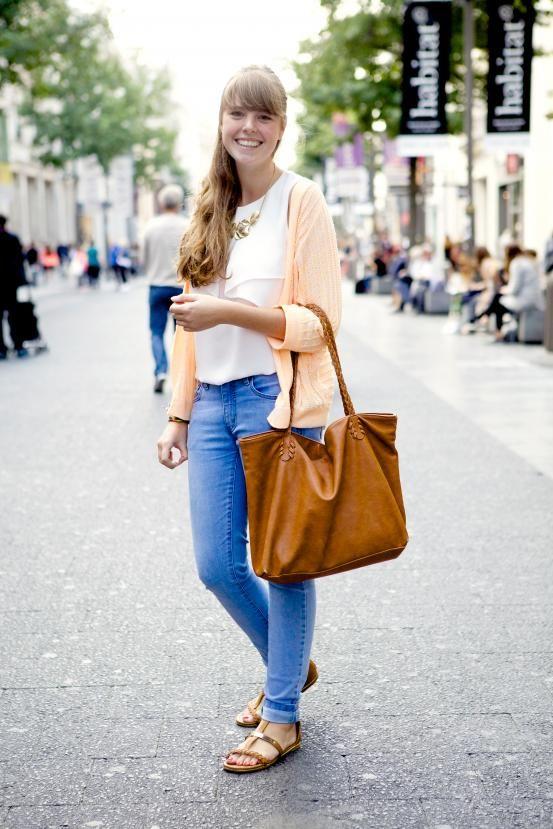 <p>'Het geld dat ik verdien met mijn vakantiejob gaat grotendeels naar kleren. Ik haal mijn inspiratie vooral op Instagram en bij mijn vriendinnen.'</p><h5> Vest - Vero Moda. Blouse - Zara. Handtas - Pull & Bear. Broek - Springfield. Schoenen - Zalando. Halsketting - Six.</h5>