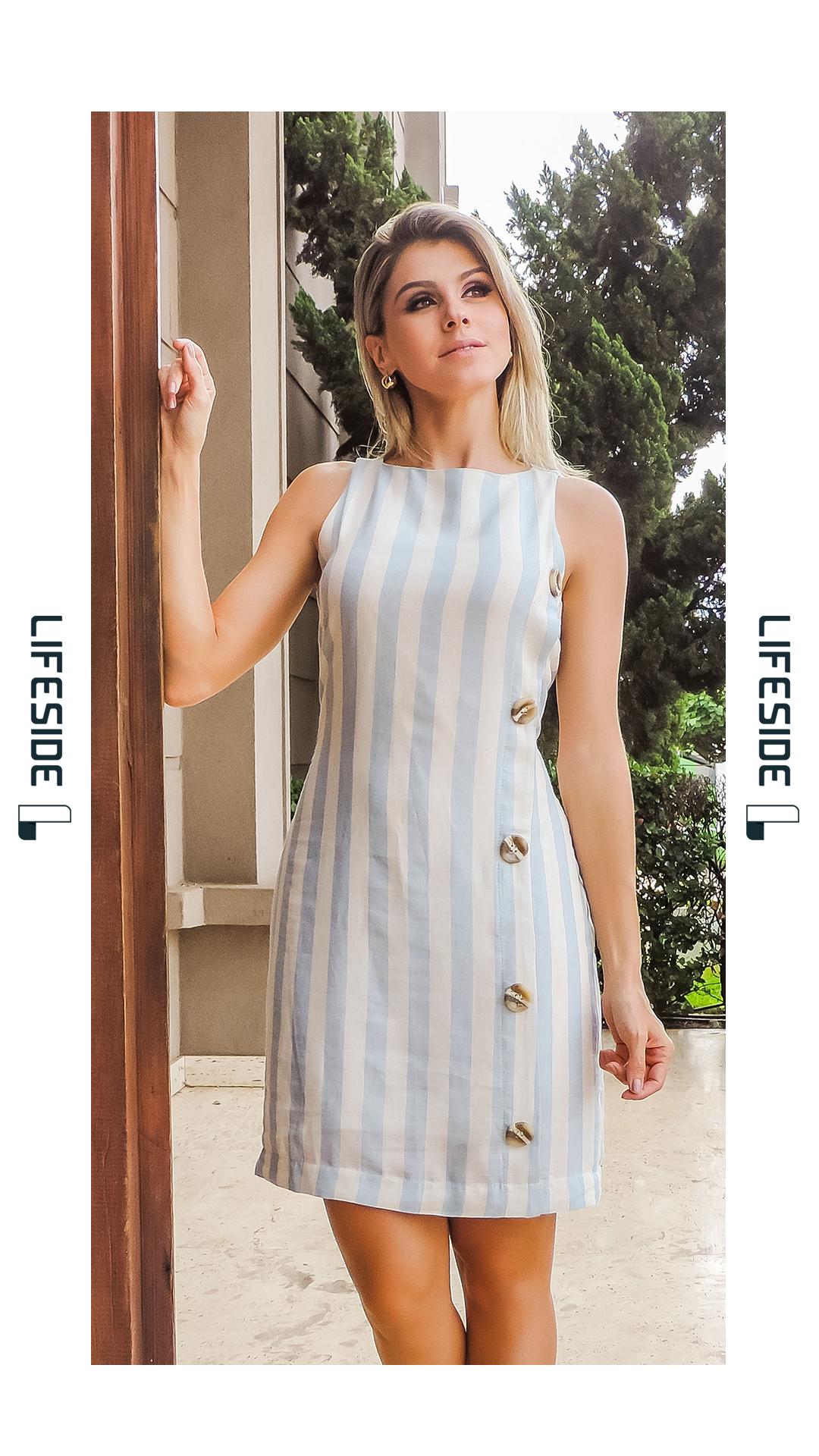 96de77ed2 LIFESIDE | Moda Feminina Primavera 2019. Vestido em linho listrado. Detalhe  dos botões tartaruga