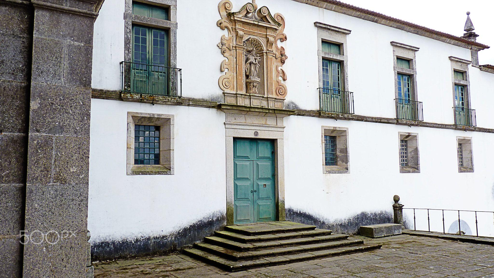 Ars Religiones - O Mosteiro de São Martinho de Tibães, também referido como Mosteiro de Tibães, localiza-se na freguesia de Mire de Tibães, concelho de Braga, distrito de mesmo nome, em Portugal. O conjunto engloba a Igreja de Tibães e o Cruzeiro de Tibães.