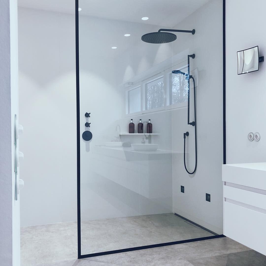 Dornbracht Auf Instagram Thanks To The Black Framed Enclosure This Walk In Shower Stays In Line Wi Kleines Bad Umbau Badezimmer Design Badezimmer Renovieren