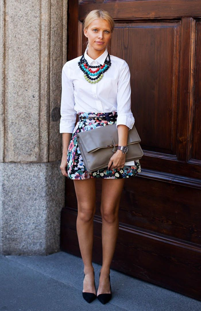 collar de colores sobre blusa blanca!