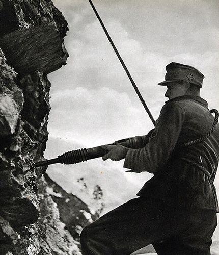Un Gebirgsjager Allemand Utilse Un Marteau Piqueur Sur Une Falaise World War Red Army Wwii