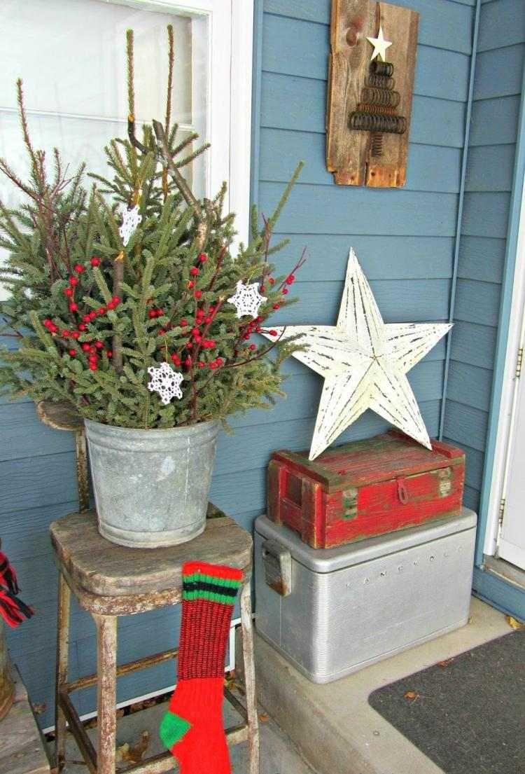 Vintage Weihnachtsdeko aus natürlichen Materialien vor der Haustür ...