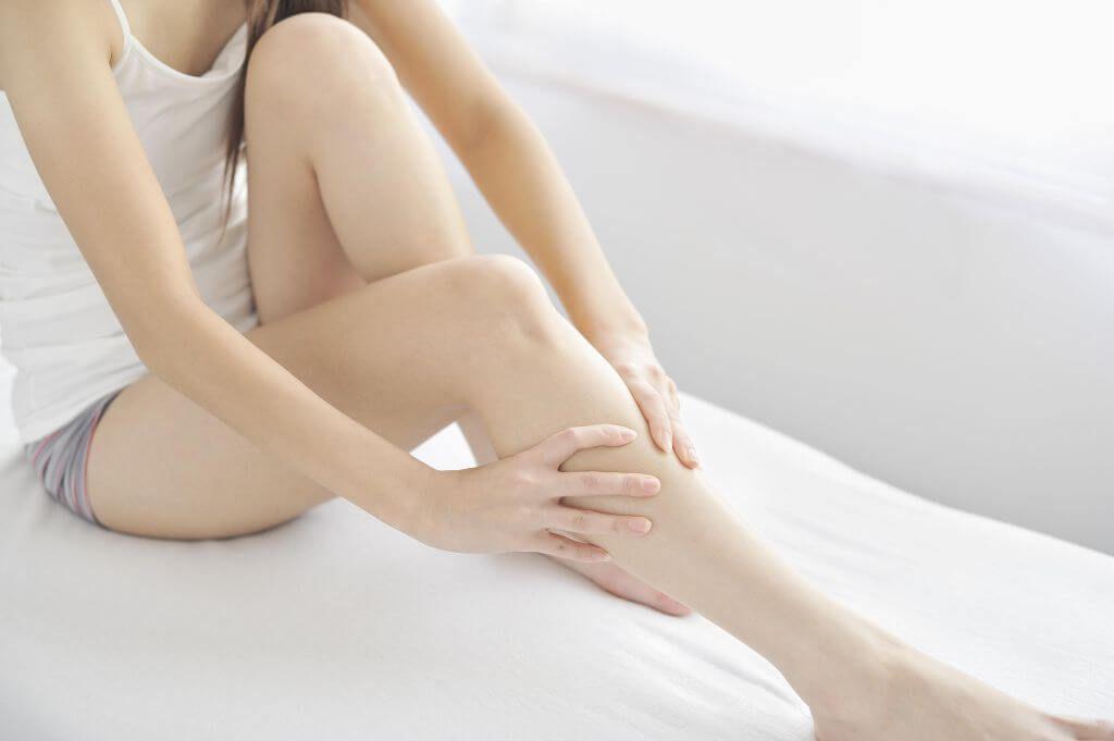 Dolor de pierna rota en yeso
