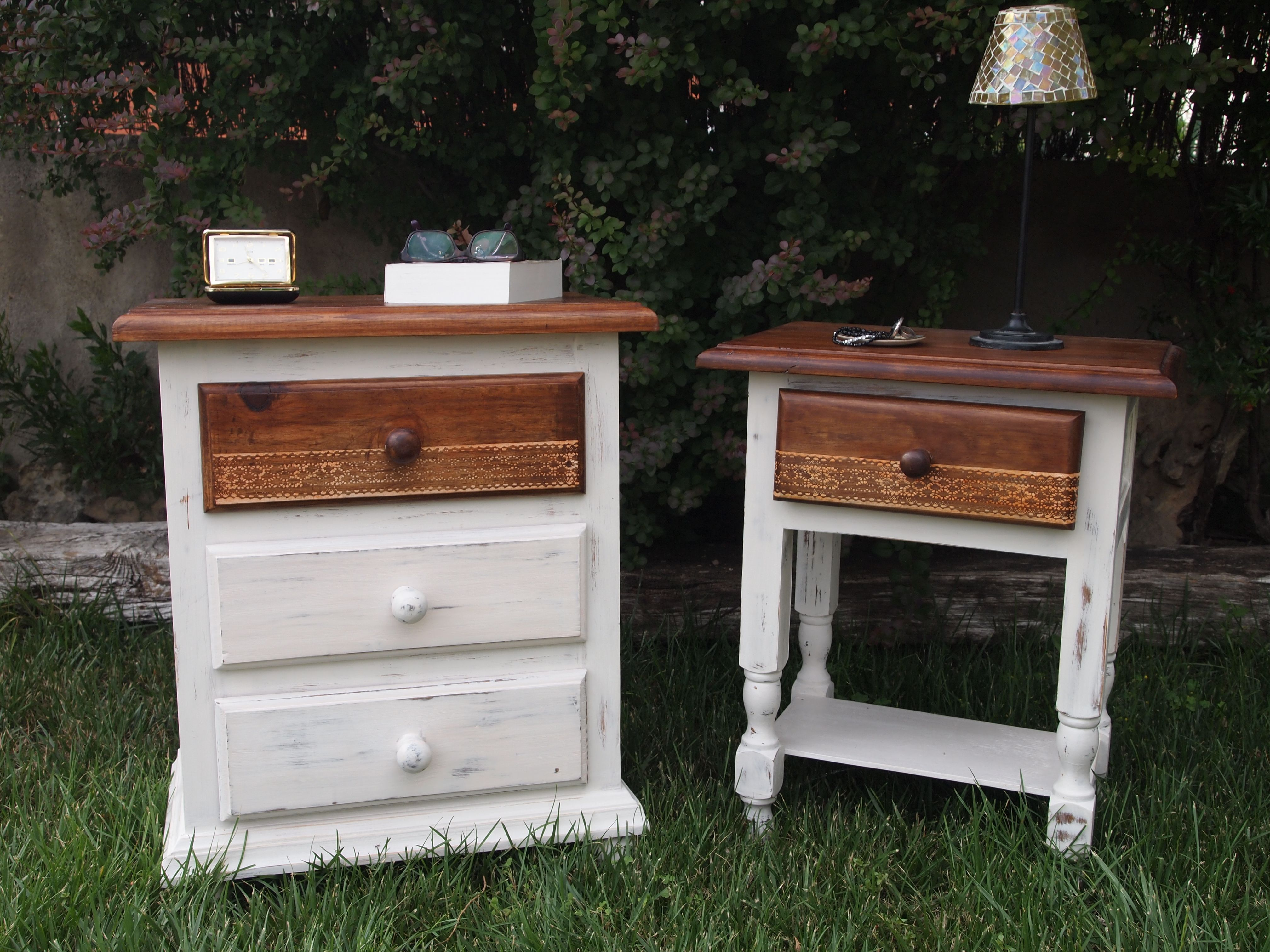 Mesitas de noche de pino color miel, restauradas para que formen una ...