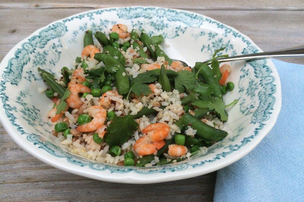 Rijstsalade met peultjes en garnalen