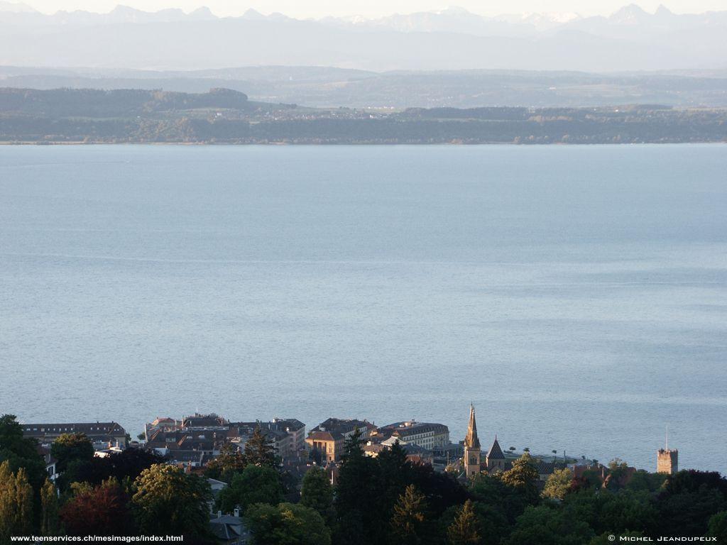 La ville de Neuchâtel baignée par le soleil du matin juin 2005