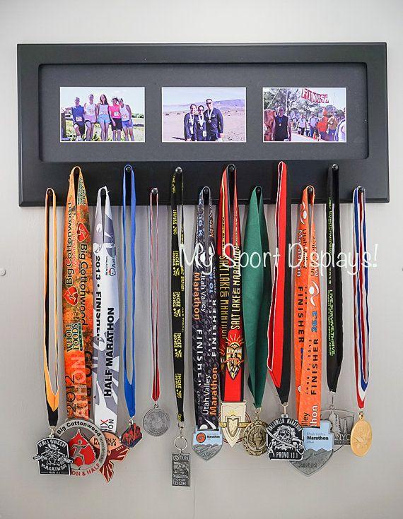 Black sport medal display with photo frame black mat for Ideas para colgar medallas