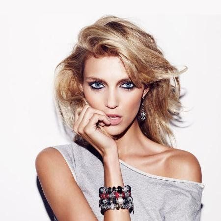 The 35-year old daughter of father (?) and mother Ewa Rubik Anja Rubik in 2018 photo. Anja Rubik earned a  million dollar salary - leaving the net worth at 10 million in 2018