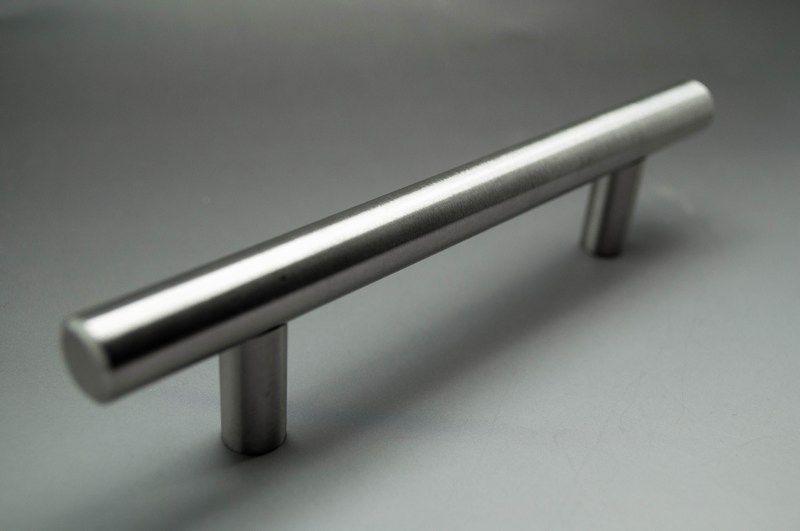Edullinen ja tyylikäs perusvedin. Laatikonvedin, ovenvedin. Mitat CC 96mm, 128mm ja 160mm. Metallinen, kauniisti muotoiltu vedin laatikkoon tai oveen. www.kauniskoti.fi